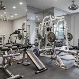 Immagine di una sala pesi classica con pareti grigie e pavimento grigio