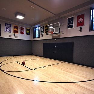 Großer Moderner Fitnessraum mit Indoor-Sportplatz, grauer Wandfarbe und hellem Holzboden in Chicago