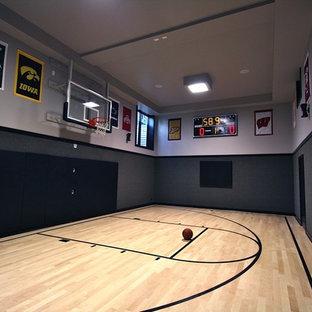 Idee per un grande campo sportivo coperto moderno con pareti grigie, parquet chiaro e pavimento beige
