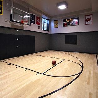 Großer Moderner Fitnessraum mit Indoor-Sportplatz, grauer Wandfarbe, hellem Holzboden und beigem Boden in Chicago