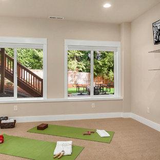 Immagine di uno studio yoga chic di medie dimensioni con pareti beige, moquette e pavimento beige