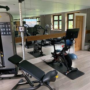 ハートフォードシャーの中くらいのコンテンポラリースタイルのおしゃれなトレーニングルーム (グレーの壁、塗装フローリング、ベージュの床) の写真