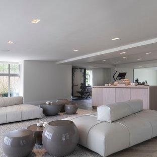 Exempel på ett stort modernt hemmagym, med vita väggar, klinkergolv i porslin och grått golv