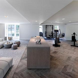 Modelo de gimnasio multiusos, contemporáneo, grande, con paredes blancas, suelo de baldosas de porcelana y suelo gris