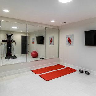 Multifunktionaler, Mittelgroßer Klassischer Fitnessraum mit beiger Wandfarbe, Keramikboden und weißem Boden in Sonstige