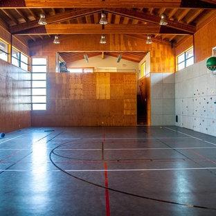 Inspiration för ett stort funkis hemmagym med inomhusplan, med grå väggar, brunt golv och vinylgolv