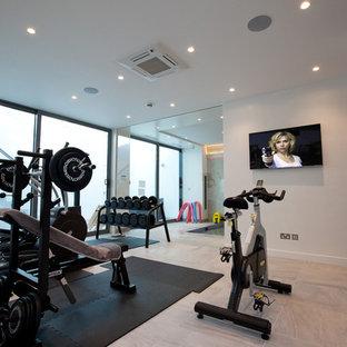 Multifunktionaler, Kleiner Moderner Fitnessraum mit weißer Wandfarbe und Keramikboden in London