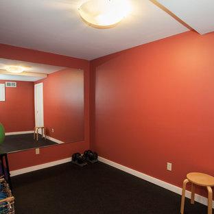 Immagine di una sala pesi minimalista di medie dimensioni con pareti arancioni e pavimento in sughero