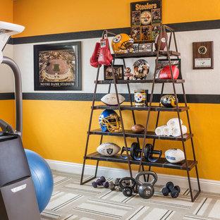 Foto på ett mellanstort industriellt hemmagym med grovkök, med gula väggar och heltäckningsmatta