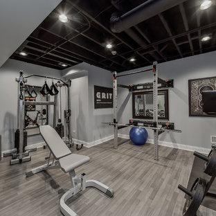 На фото: домашний тренажерный зал в стиле современная классика с серыми стенами и серым полом
