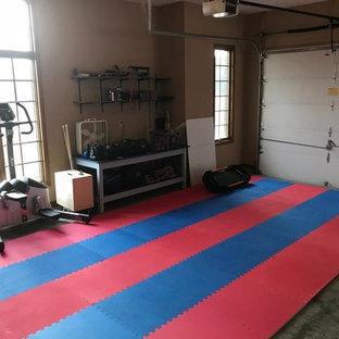 Multifunktionaler, Mittelgroßer Fitnessraum mit buntem Boden in Minneapolis