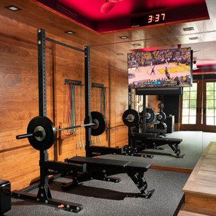 Multifunktionaler, Mittelgroßer Rustikaler Fitnessraum mit Korkboden, grauem Boden, eingelassener Decke und brauner Wandfarbe in Sonstige