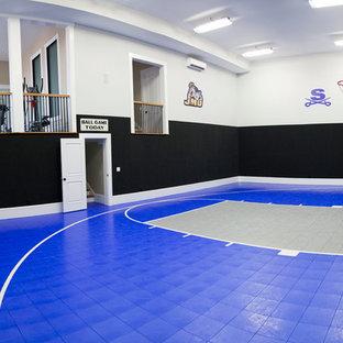 Ispirazione per un ampio campo sportivo coperto tradizionale con pareti multicolore, pavimento blu e pavimento in vinile