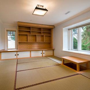 Immagine di uno studio yoga di medie dimensioni con pareti grigie e pavimento in bambù