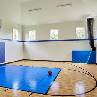Idéer för mycket stora vintage hemmagym med klättervägg, med grå väggar, mellanmörkt trägolv och brunt golv
