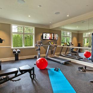 Foto di una piccola sala pesi tradizionale con pareti marroni