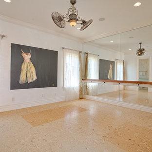 オーランドの広い地中海スタイルのおしゃれなホームジム (白い壁、ベージュの床) の写真