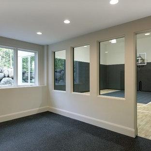 Großer Moderner Fitnessraum mit Indoor-Sportplatz, schwarzer Wandfarbe, hellem Holzboden und beigem Boden in Minneapolis