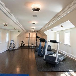 Esempio di una grande sala pesi tradizionale con pareti bianche e parquet scuro