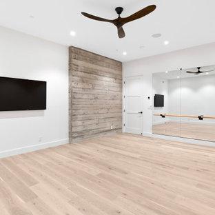 Idee per un grande studio yoga minimalista con pareti bianche, parquet chiaro e pavimento marrone