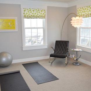 Immagine di una palestra multiuso minimalista di medie dimensioni con pareti grigie e moquette