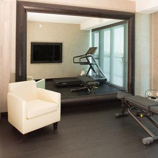 Kleines Modernes Kraftraum mit beiger Wandfarbe und dunklem Holzboden in Miami