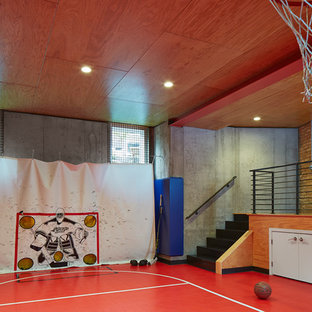 Moderner Fitnessraum mit Indoor-Sportplatz und rotem Boden in Minneapolis