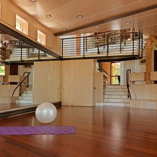Großer Uriger Yogaraum mit brauner Wandfarbe, dunklem Holzboden und braunem Boden in Burlington