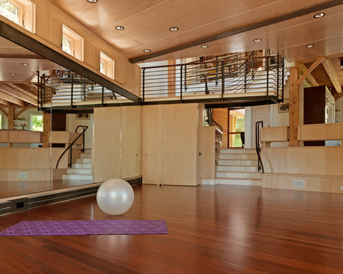 grande salle de sport avec un sol en bois fonc photos et id es d co de salles de sport. Black Bedroom Furniture Sets. Home Design Ideas