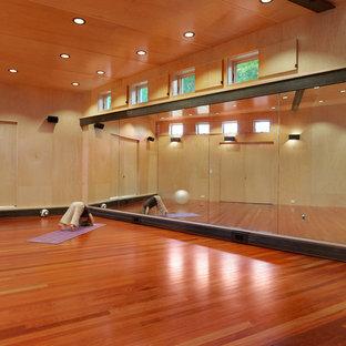 Großer Uriger Yogaraum mit dunklem Holzboden und beiger Wandfarbe in Burlington