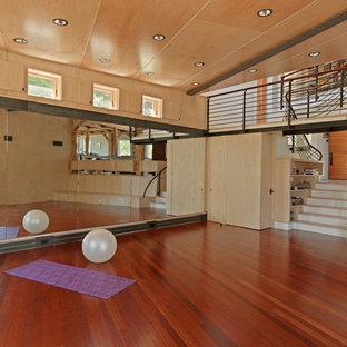 Rustikaler Yogaraum mit dunklem Holzboden und rotem Boden in Burlington