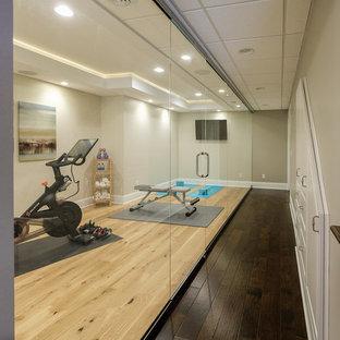 Moderner Yogaraum mit grauer Wandfarbe, hellem Holzboden und beigem Boden in Detroit