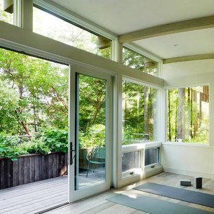 Moderner Yogaraum mit beiger Wandfarbe und hellem Holzboden in San Francisco