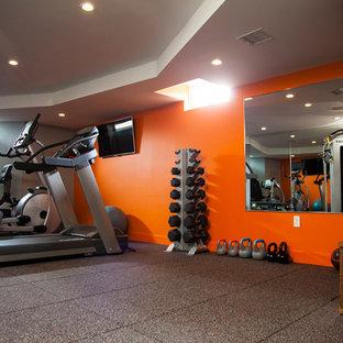 Multifunktionaler, Mittelgroßer Moderner Fitnessraum mit oranger Wandfarbe in Boston
