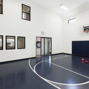 ミネアポリスの巨大なトランジショナルスタイルのおしゃれな室内コート (白い壁、マルチカラーの床) の写真