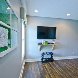 Multifunktionaler, Mittelgroßer Moderner Fitnessraum mit grauer Wandfarbe und Linoleum in Indianapolis