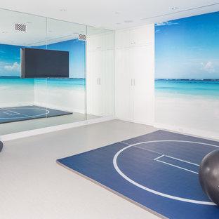 Ispirazione per una palestra in casa costiera con pareti bianche e pavimento grigio
