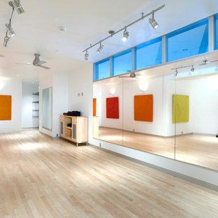 Ispirazione per una palestra in casa minimalista con pareti bianche