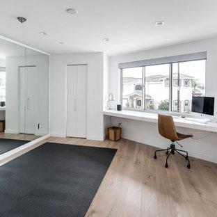 Multifunktionaler, Mittelgroßer Moderner Fitnessraum mit weißer Wandfarbe, hellem Holzboden und braunem Boden in San Diego