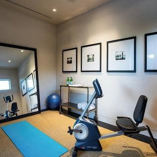 Mittelgroßer Moderner Yogaraum mit weißer Wandfarbe und dunklem Holzboden in Los Angeles