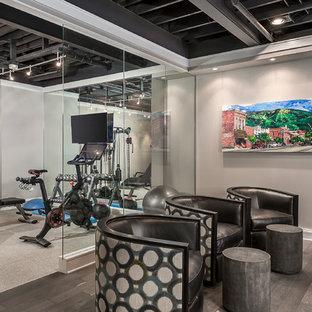 Idee per una palestra in casa minimal di medie dimensioni con pareti grigie e pavimento grigio