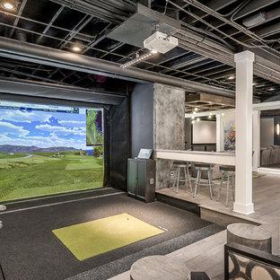 Ispirazione per un campo sportivo coperto minimal di medie dimensioni con pareti grigie, pavimento grigio e moquette