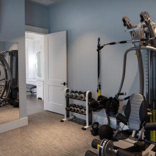 Idee per una sala pesi country di medie dimensioni con pareti blu, moquette e pavimento multicolore