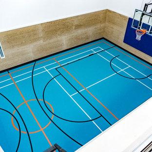 Esempio di un grande campo sportivo coperto industriale con pavimento blu