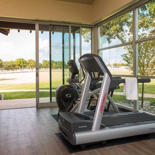 Multifunktionaler, Mittelgroßer Mid-Century Fitnessraum mit beiger Wandfarbe und Porzellan-Bodenfliesen in Austin