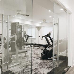 Idee per una piccola palestra multiuso minimalista con pareti grigie, moquette e pavimento multicolore