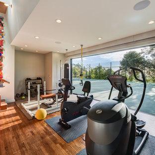 Multifunktionaler, Mittelgroßer Moderner Fitnessraum mit weißer Wandfarbe, braunem Holzboden und braunem Boden in San Francisco