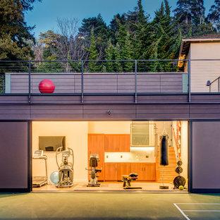 Esempio di una palestra multiuso contemporanea di medie dimensioni con pareti bianche e pavimento in legno massello medio