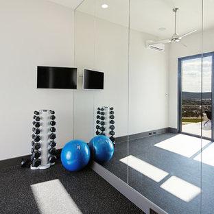 Ispirazione per uno studio yoga moderno di medie dimensioni con pareti bianche e pavimento in sughero