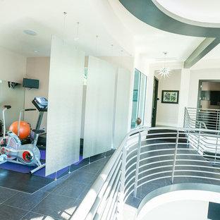 Multifunktionaler, Kleiner Moderner Fitnessraum mit beiger Wandfarbe und Porzellan-Bodenfliesen in Orlando